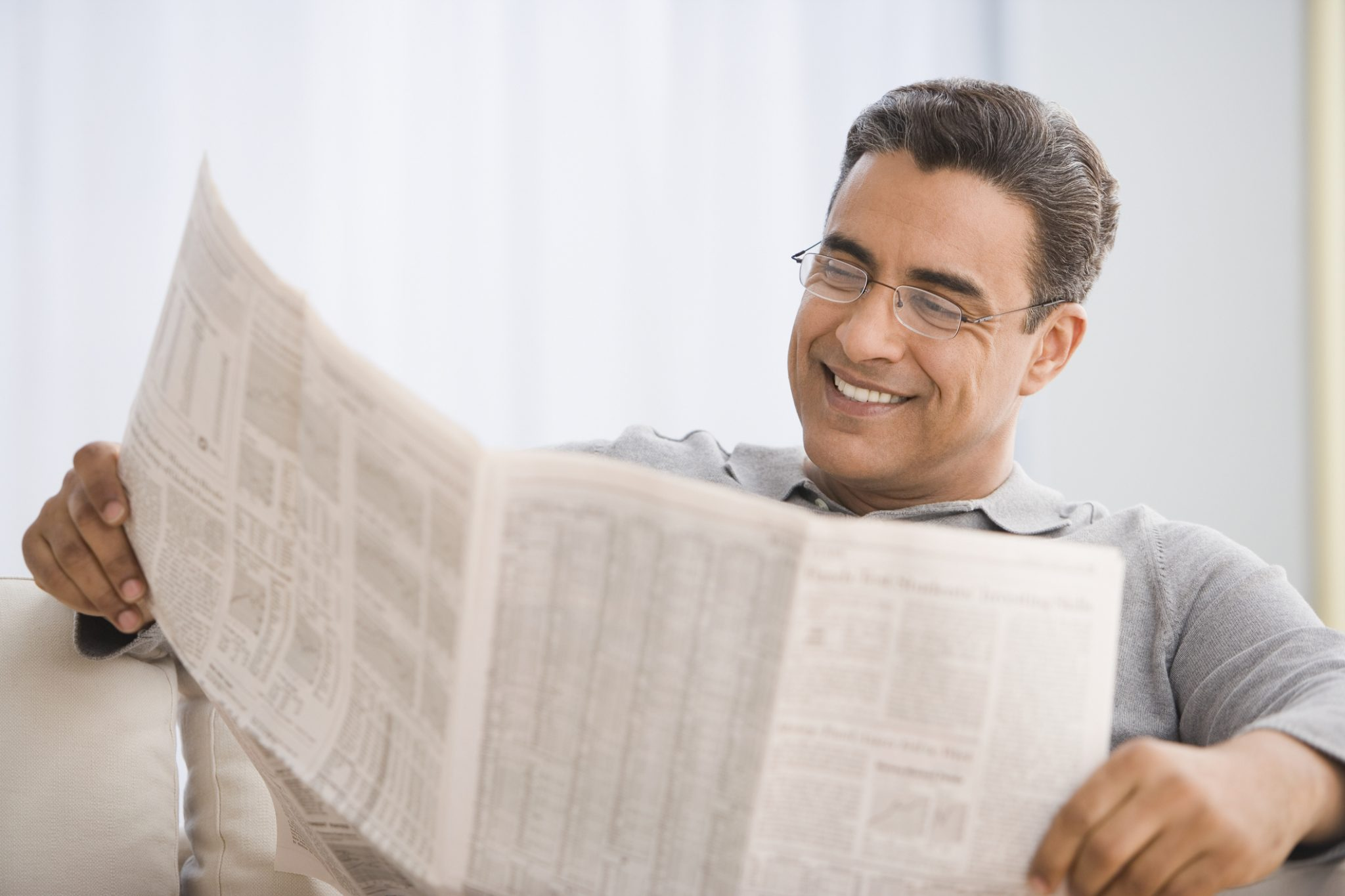 Люди читают газеты картинки